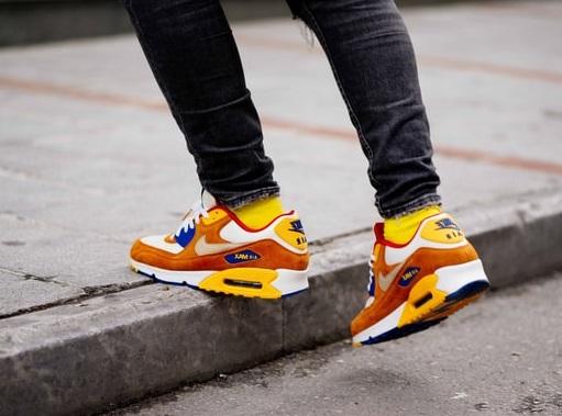 Sneakers Nike Air portées en ville