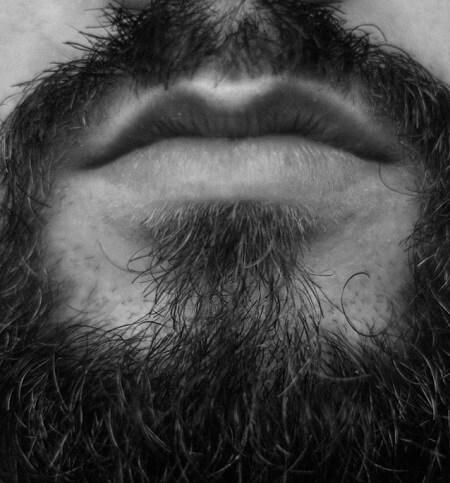 Barbe qui frise en noir et blanc