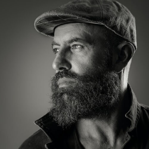 Barbe frisée disciplinée en noir et blanc