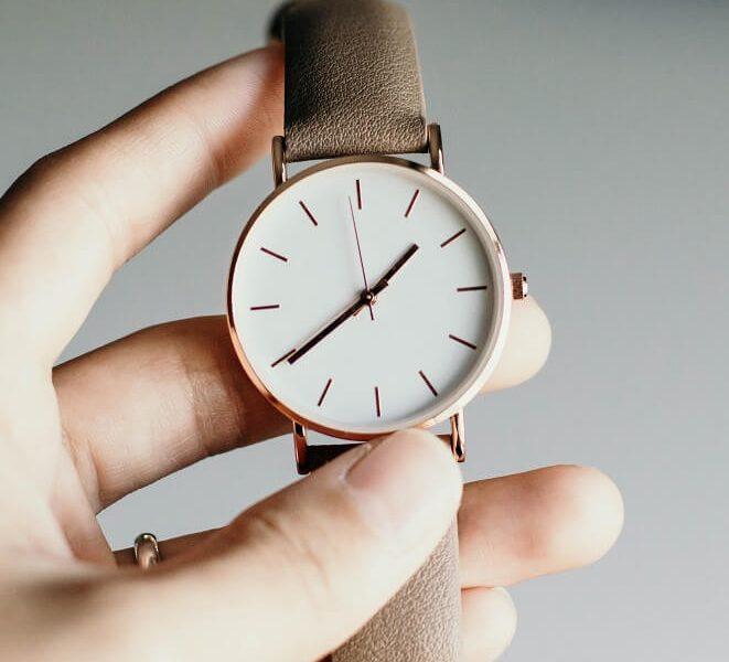 Ouvrir une montre sans pas de vis sans encoche : est-ce possible ?