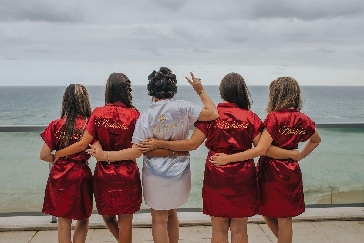 Groupes de filles de dos en tenue pour un EVJF