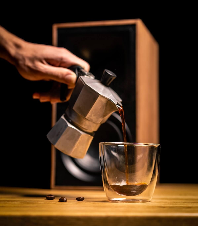 Personne qui verse du café dans une tasse