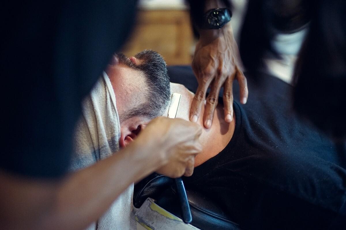 Homme qui fait raser sa barbe à la lame