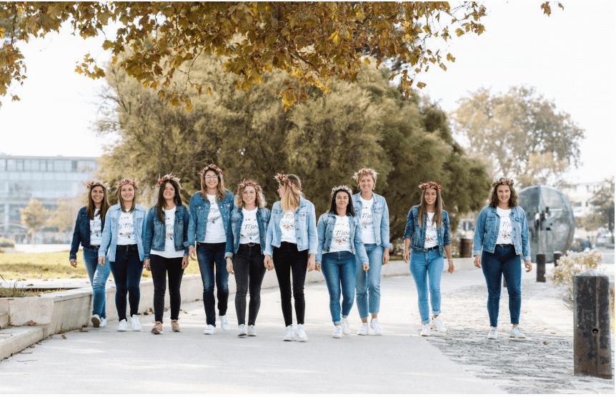 Groupe de filles à un enterrement de vie de jeune fille
