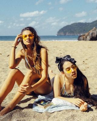 Filles qui bronzent à la plage