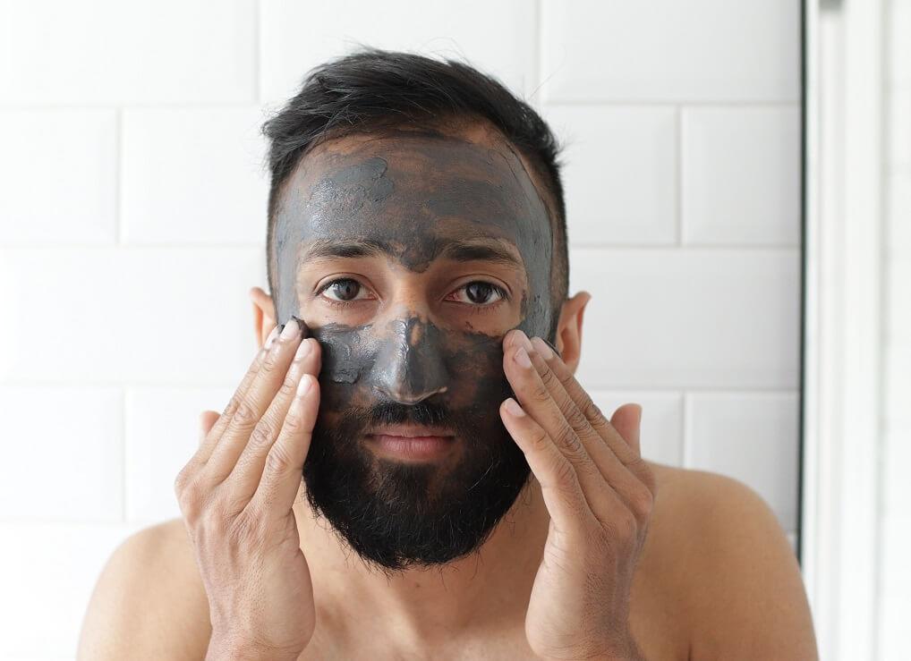 Homme qui fait un masque