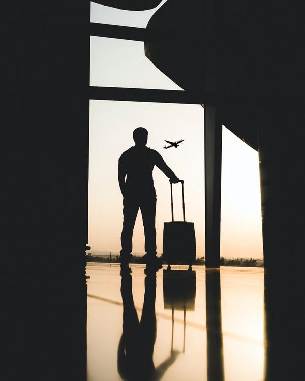 personne qui attend un avion