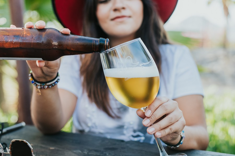 femme qui verse une bière dans un verre