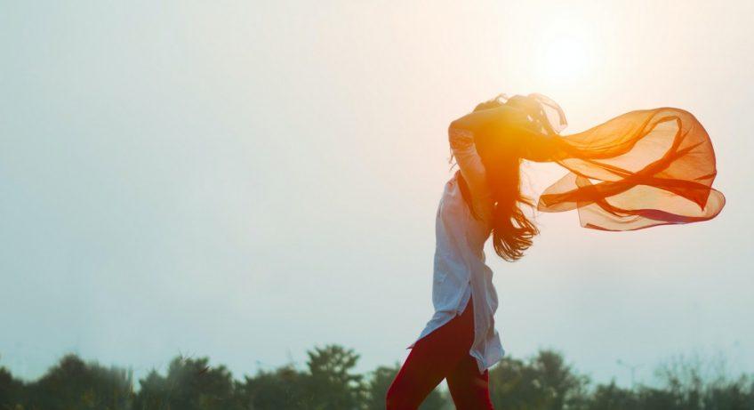 femme qui tient une écharpe au vent