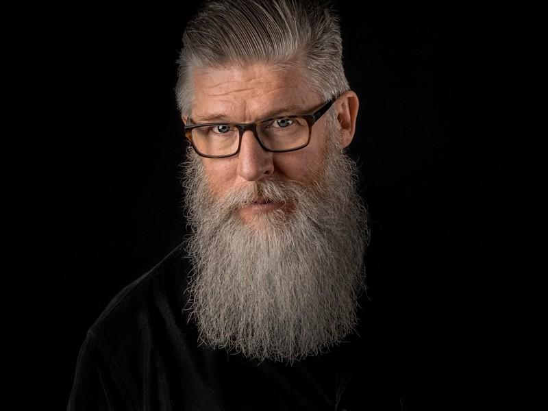 homme aux cheveux blancs avec une longue barbe