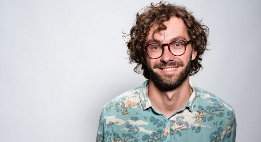 homme en chemisette portant des lunettes