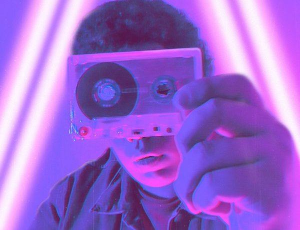 homme qui tient une cassette audio