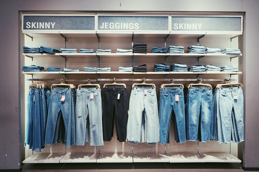 pantalons de différents styles dans un magasin