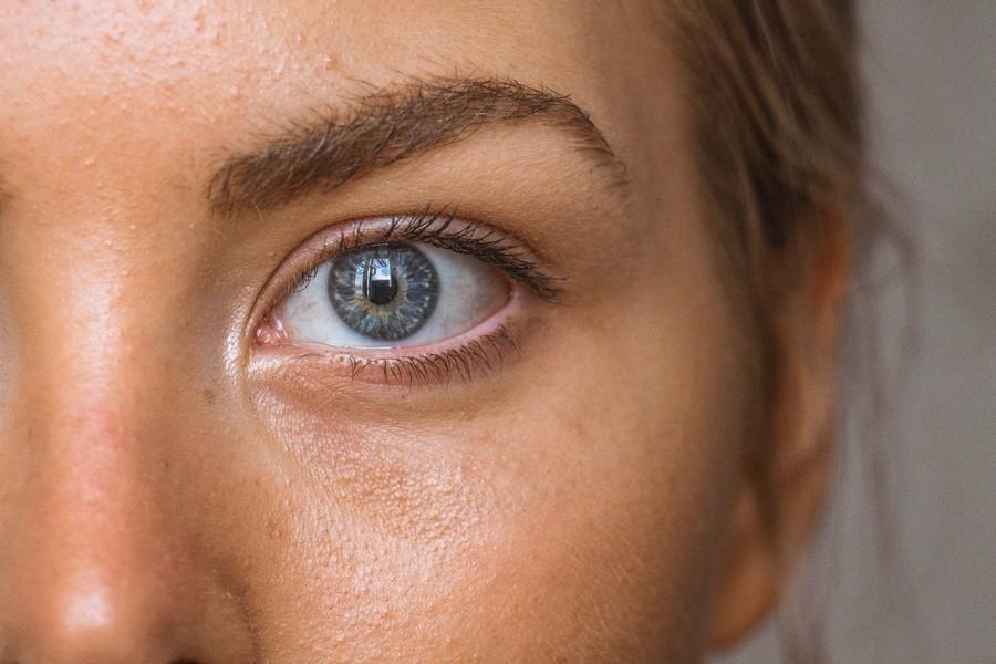yeux et sourcil d'une femme