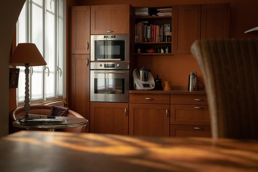 cuisine moderne avec un thermomix disposé sur le plan de travail