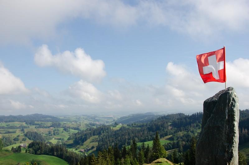 Paysage suisse avec un drapeau qui vole