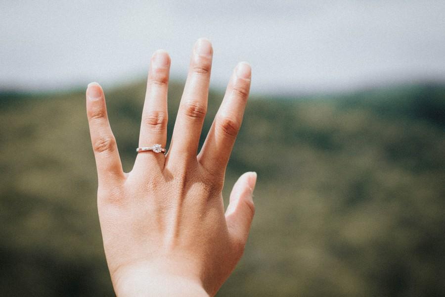 main avec de beaux ongles et une bague