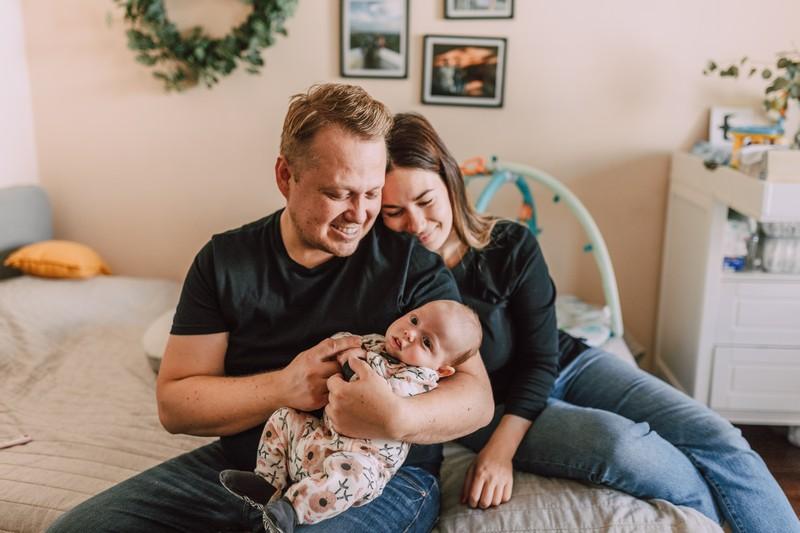 parents qui tiennent leur bébé dans les bras et sont heureux