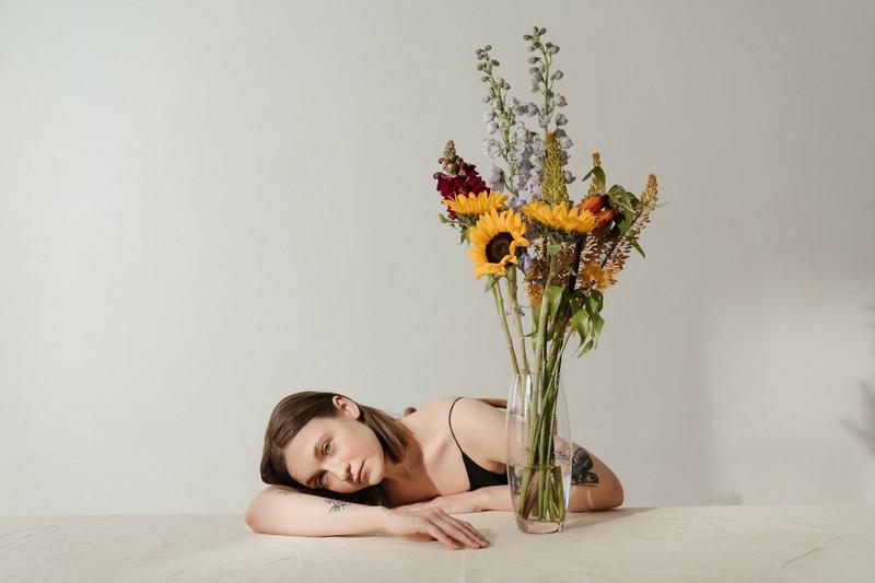 femme tatouée devant un vase