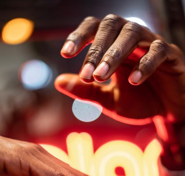 main et ongles d'une personne