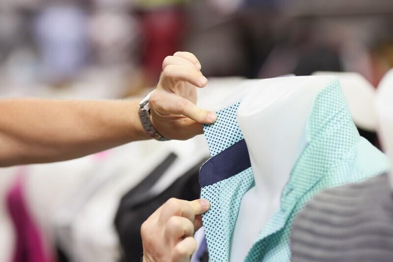 personne qui remet le col d'une chemise